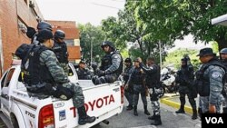 Anggota pasukan khusus Venezuela saat bersiap memburu para penculik pemain baseball Wilson Ramos di Valencia, Venezuela (11/11).