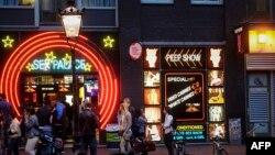 ناحیۀ سرخ امستردام یکی از جاذبههای گردشگری این شهر است