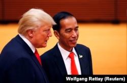 Presiden AS Donald Trump berbicara dengan Presiden Indonesia Joko Widodo selama KTT G20 di Hamburg, Jerman 8 Juli 2017. (Foto: Reuters/Wolfgang Rattay)
