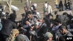 Des réfugiés syriens cherchant à entrer en Turquie (AFP)