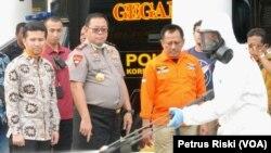 Polda Jawa Timur memperbantukan tim khusus untuk menangani penyebaran virus corona. (Foto: VOA/Petrus Riski)
