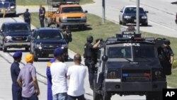 民眾星期天在威斯康星州橡樹溪市的錫克廟外觀看警務人員處理槍擊事件
