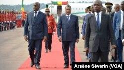 Les présidents Tshisekedi Tshilombo et Sassou N'Guesso à l'aéroport de Brazzaville, le 7 fevrier 2019. (VOA/Arsène Séverin)