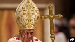 바티칸 성 베드로 성당에서 성탄절 미사를 집전하는 교황 베네딕토 16세
