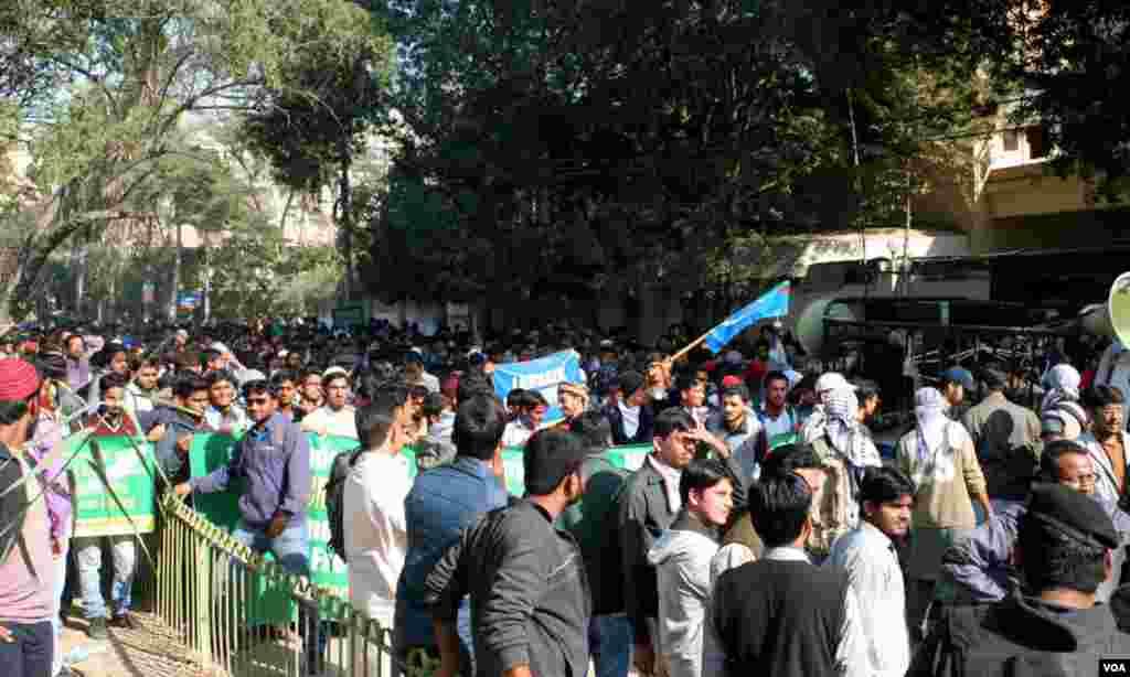 فرانسیسی قونصل خانے کے قریب احتجاجی مظاہرین کا رش