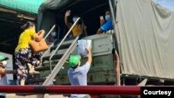 စမုဆာခြန္းခရိုင္က ကပ္ေဘးကူးစက္ခံရတဲ့ ျမန္မာေရႊ႕ေျပာင္းအလုပ္သမားေတြကို ယာယီေဆးရံုကုိပို႔ေပးေနတဲ့ ျမင္ကြင္း။ (ဓာတ္ပံု - AAC - ဇန္နဝါရီ ၂၅၊ ၂၀၂၁)