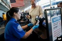 Pemeriksaan di Bandara Internasional Logan, Boston (Foto: dok). Shahab Dehghani dan Reihana Emami Arandi, dua mahasiswa asal Iran, mengajukan pengaduan pelanggaran hak sipil kepada Departemen Keamanan Dalam Negeri (DHS) atas perlakuan kurang baik di bandara ini.