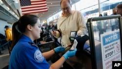 Nhân viên kiểm soát an ninh đang làm việc tại sân bay quốc tế Logan ở Boston