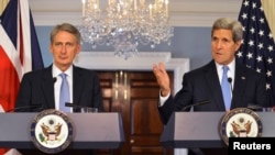Britanski šef diplomatije Filip Hamond i američki državni sekretar Džon Keri na konferenciji za novinare u Državnom sekretarijatu