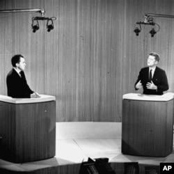理查德.尼克松副总统(左)和约翰.肯尼迪参议员在1960年10月21日举行的第四场总统辩论中