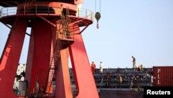 资料图片:中国江苏连云港一集装箱码头。2019年8月13日。路透社