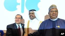 Le ministre de l'Energie algérien Noureddine Boutarfa, à gauche, avec son homologue qatari Bin Saleh Al-Sada, et le secrétaire général de l'OPEP Mohammed Barkindo, à droite, à Algers, Algérie, le 28 septembre 2016.