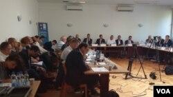 Treći sastanak u sklopu dijaloga vlasti i opozicije na Fakultetu političkih nauka u Beogradu, 19. avgusta 2019. (Foto: Rade Ranković, VOA)