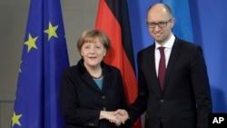 8일 독일 베를린에서 아르세니 야체뉵 우크라이나 총리와 앙겔라 메르켈 독일 총리가 정상회담을 가졌다.