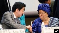 Thủ tướng Nhật Bản Shinzo Abe bắt tay Tổng thống Liberia Ellen Johnson Sirleaf tại hội nghị quốc tế ba ngày bàn về Châu Phi diễn ra tại thành phố Yokohama, ngày 2/6/2013.