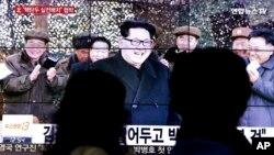 4일 한국의 뉴스 방송이 북한 김정은 국방위 제1위원장이 실전 배치한 핵탄두를 언제든 쏠 수 있게 준비하라고 지시했다는 내용을 보도하고 있다.