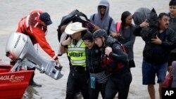 28일 미국 텍사스주 휴스턴시의 홍수 피해 지역에서 구조대가 한 여성을 구조하고 있다.