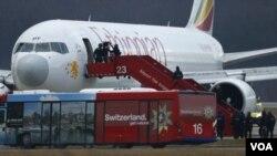瑞士當局拘捕劫持埃塞爾比亞班機在日內瓦機場降落的飛機副駕駛員。(2014年2月 17日)