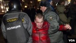 "Polisi Rusia menangkap puluhan demonstran yang turun ke jalan-jalan di Moskow dan meneriakkan slogan-slogan ""Rusia Tanpa Putin"" (5/3)."