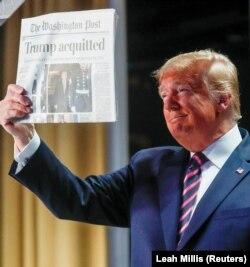 """Predsednik Tramp sa naslovnom stranom Vašington posta na kojoj piše da je """"oslobođen"""""""