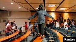 Des étudiants manifestent lors de classe pour demander une éducation gratuite pour tous à l'Université de Cape Town, Afrique du sud, le 3 octobre 2016.