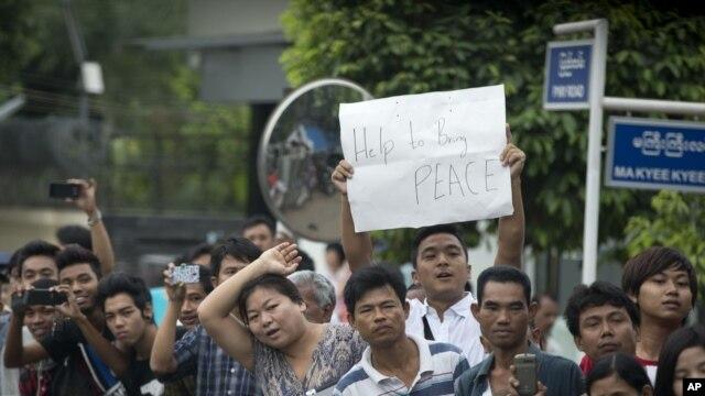 Dân Miến Ðiện tụ tập bên đường để đón chào Tổng thống Obama, ngày 19/11/2012.
