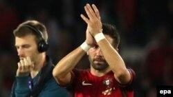 Joao Moutinho, à droite, encourage les supporters à la fin d'un match de l'Euro 2016 F le Portugal, et l'Autriche au Parc des Princes à Paris, France, 18 juin 2016. epa/ Abedin TAHERKENAREH