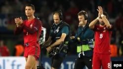 Cristiano Ronaldo, à gauche, et Joao Moutinho, à droite, encouragent leurs supporters à la fin du match du groupe F de l'Euro 2016 F entre leur équipe, le Portugal, et l'Autriche au Parc des Princes à Paris, France, 18 juin 2016. epa/ Abedin TAHERKENAREH