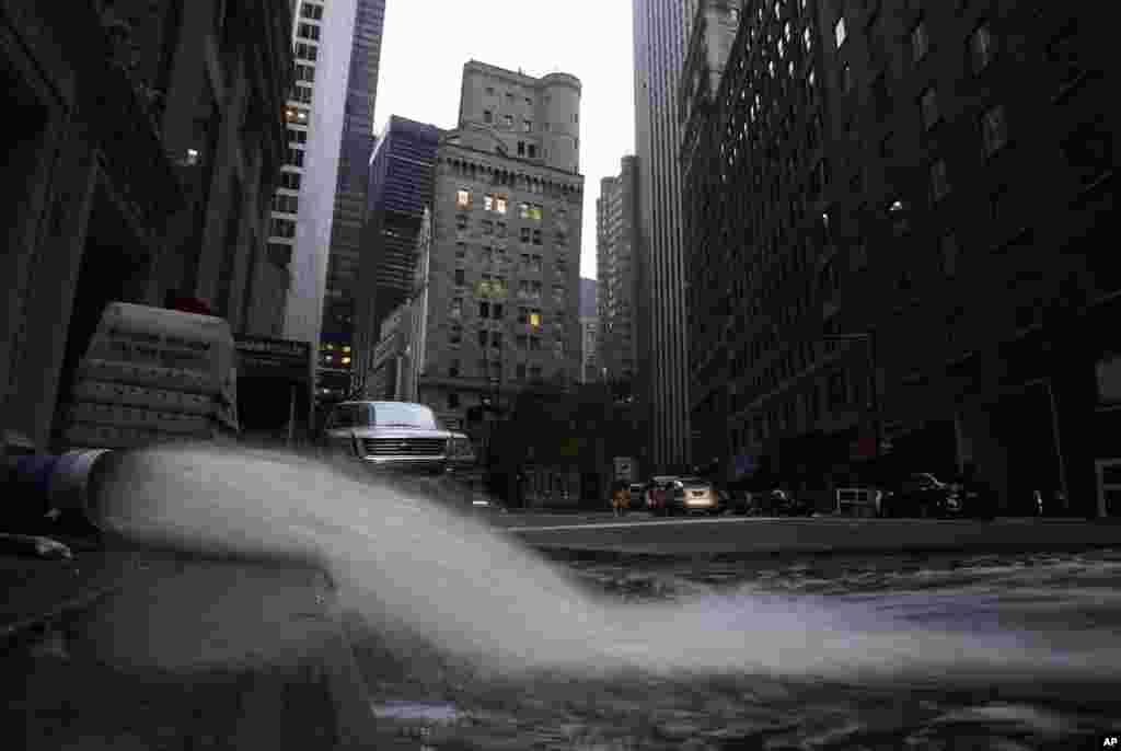 De l'eau pompée d'un sous-sol inondé du quartier financier de New York