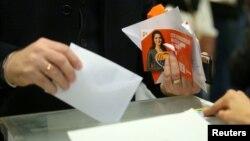 21일 스페인 카탈루냐에서 조기 지방선거를 치르는 가운데, 바르셀로나의 한 투표소에서 한 유권자가 투표를 하고 있다.