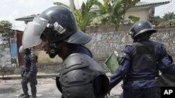 Riot police dismantle a roadblock in Democratic Republic of Congo's capital Kinshasa December 10, 2011.