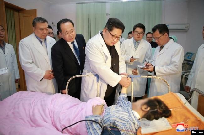 朝鮮勞動黨委員長金正恩探望了在國營醫院入院的中國受傷者。 (2018年4月23日)