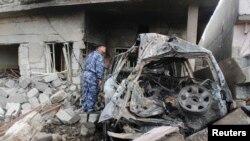 کرکوک میں جائے حادثہ پر سکیورٹی اہلکار تباہی کا جائزہ لے رہا ہے