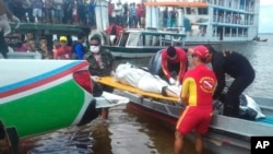 "In this photo released by Brazil's Secretary of Social Communication, rescue workers carry a body recovered from the Xingu River, in Porto de Moz, in Para state, Brazil, Thursday, Aug. 24, 2017, during a search mission for the passengers of the ""Comandante Ribeiro"" that sank on late Tuesday. The public security office of the state of Para said 15 people made it to the shore and at least 19 bodies were recovered, while the rest were unaccounted for."
