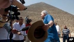 L'archéologue égyptien Zahi Hawass, ancien chef des antiquités de l'Egypte, parle en face de la Grande Pyramide, construite par Khéops, connu localement comme Khéops à Gizeh, en Egypte, 2 juin 2016.