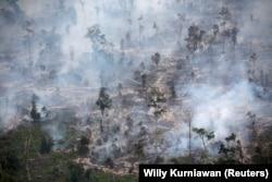 Kebakaran hutan di Kapuas, dekat Palangka Raya tahun 2019 (foto: dok). Emisi karbon akibat kebakaran hutan dan lahan yang terus terjadi memperparah dampak krisis iklim yang tengah melanda dunia saat ini.