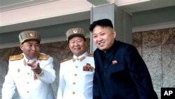 2012年4月15日,金正恩(右)与李英浩(左)及崔龙海(中)在金日成百岁冥诞的阅兵仪式上