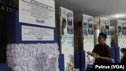 Papan kenangan mahasiswa dan alumni UK Petra yang menjadi korban kecelakaan pesawat AirAsia QZ8501 (Foto: VOA/Petrus)