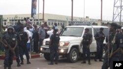 Askari polisi wakiwa wamezingira msafara wa Etienne Tshisekedi Kinshasa Novemba 26, 2011