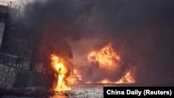 El tanquero iraní Sanchi aparece envuelto en llamas en el Mar de China en esta foto del 13 de enero 2018 suministrada por el Centro de Búsqueda y Rescate Marítimo de Shanghái y divulgada por el diario China Daily.