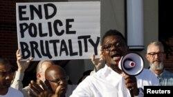 El pastor Derrick Golden participa de la manifestación en la ciudad de McKinney, Texas contra la brutalidad policial.