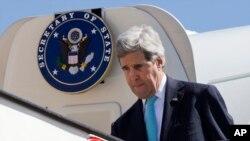 美国国务卿克里抵达约旦