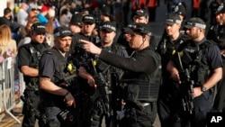 Cảnh sát Anh trong lúc làm nhiệm vụ. Hai người Việt Nam bị cảnh sát Vương quốc Anh bắt giữ vì tội buôn người và sẽ được đưa ra tòa xét xử ở Scotland.