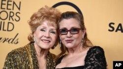 Aktris Debbie Reynolds dan putrinya Carrie Fisher pada acara 21st Screen Actors Guild Awards di Shrine Auditorium, 2015, di Los Angeles.