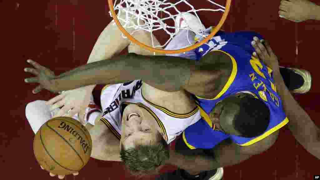 Draymond Green, dan wasan Golden State, ya hana Timofey Mizgov, dan Cleveland Cavaliers jefa kwallo raga.