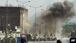 4月15日,喀布爾阿富汗議會附近一處遭到襲擊的地點升起濃煙