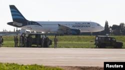 Inspecção militar ao avião da Afriqiyah Airways, Aeroporto de Malta, 23 de Dezembro, 2016.