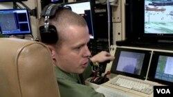 美國空軍參謀軍士耶利米亞負責操作他這架無人機上攝像頭的角度,確保攝像頭對準正確的目標。(視頻截圖)