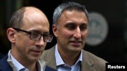 El presidente ejecutivo de Twitter, Dick Costolo y el director financiero, Mike Gupta, seguirán con expectativa la IPO de lla compañía este jueves.