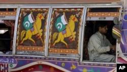 Xe chở khách truyền thống của Pakistan trên đường phố Peshawar. Thông thường 2 ghế phía trước cạnh tài xế được dành cho phụ nữ. Các ghế còn lại trên xe là dành cho các ông.